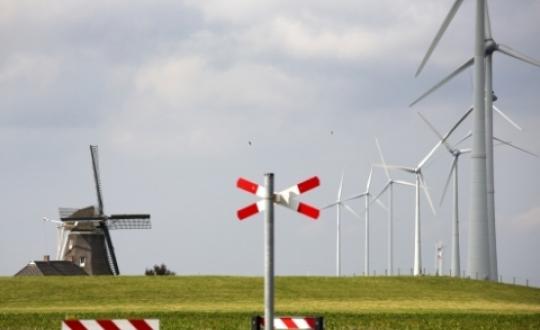Landschapsfoto met oude molen en windmolen