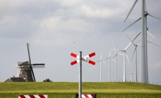 foto landschap met windmolen en oude molen