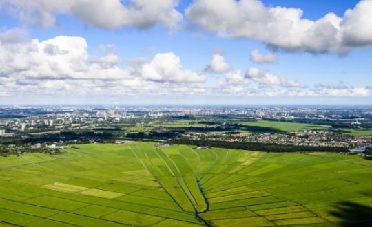 foto van polder Rondehoep met stervormige verkaveling aan de horizon Oudekerk en Amsterdam