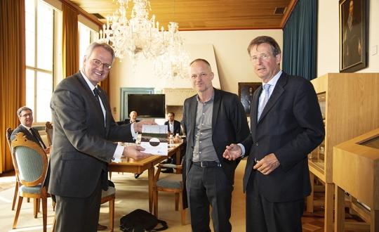 Commissaris van de Koning van provincie Zeeland, Han Polman (l), neemt de verkenning in ontvangst