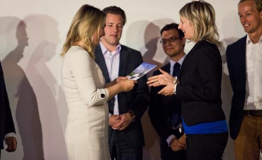 gemeenteraadsleden bieden publicatie 'Een nieuwe weg' aan minister Schultz aan