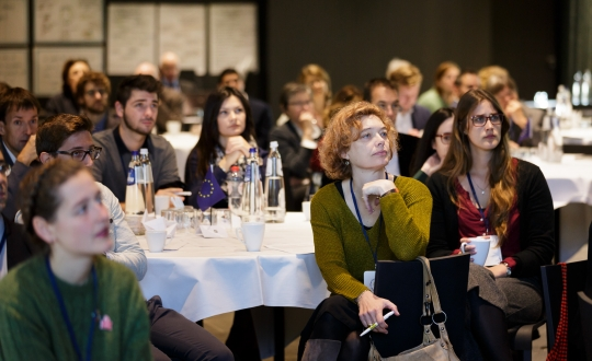 Sfeerfoto van de deelnemers in de zaal