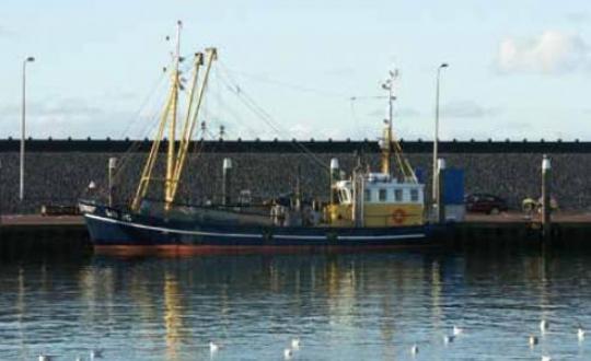 Foto schip in haven aan Waddenzee