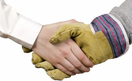 symbolische handdruk om een afspraak rond te krijgen