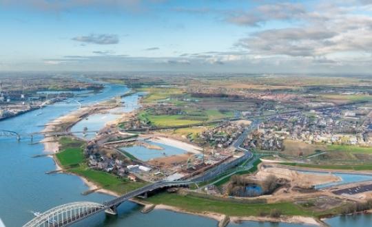 foto: Spiegelwaal, Nijmegen, voorbeeld van complexe regionale opgaven: verstedelijking, waterveiligheid, infrastructuur en kwaliteit landschap; fotograaf: © Thea van den Heuvel /DAPh