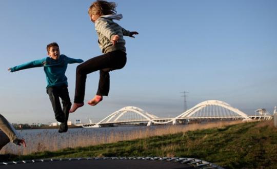 Foto Kinderen die op trampoline springen