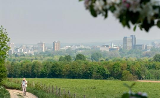 Landschapsfoto met uitkijk op stedelijke omgeving