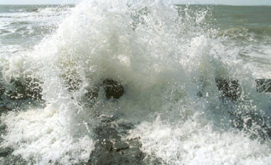 Foto golfslag op zee