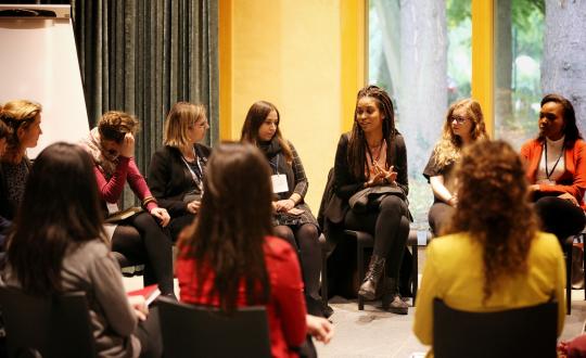 foto jongeren in discussie op de conferentie