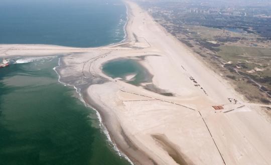 foto zandmotor voor de kust van Den Haag
