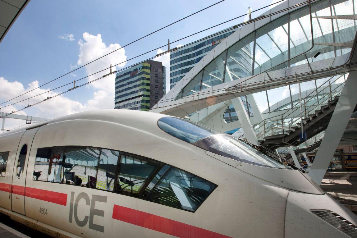 foto van hogesnelheidstrein op station
